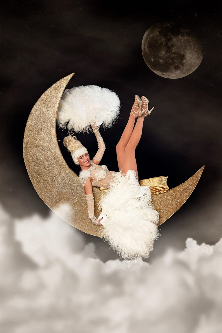 Showgirl Elena auf dem Mond